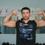 biceps pozing 150x150 Тренировка Бицепс, Трицепс, Кардио