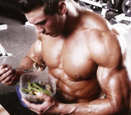 fit guy eating Как да се храним преди и след тренировка